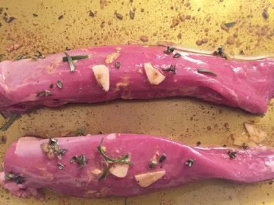 Das Fleisch in der Marinade 1-2 Stunden ziehen lassen.