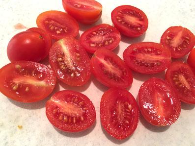 Die Tomaten halbieren