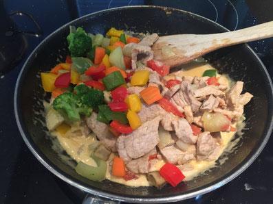 Das Fleisch und das Gemüse mit der Sauce vermischen