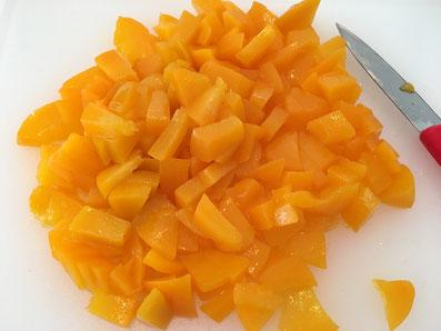 Die Pfirsiche in Würfel schneiden