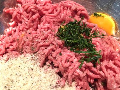 Fleisch, Eier, Paniermehl und Gewürze gut vermischen