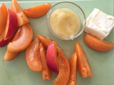 Die Aprikosen achteln