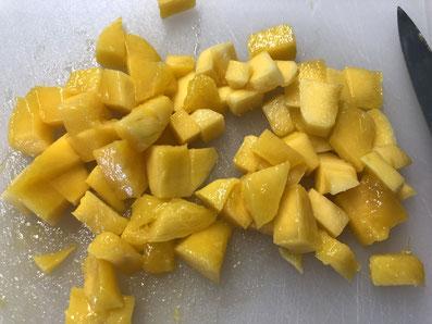 Die Mango schälen und in kleine Würfel schneiden