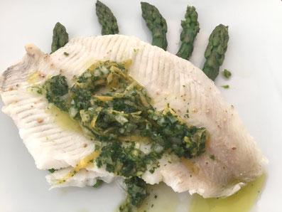 Den Spargel anrichten, den Fisch darauf legen und mit der Sauce nappieren