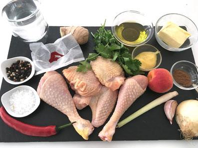 Zutaten: Hähnchen, Zwiebel, Knoblauch, Butter, Olivenöl, Safran, Ingwer, Zimt, Chilischote, Koriander, Aprikosen, Honing, Wasser, Salz, Pfeffer