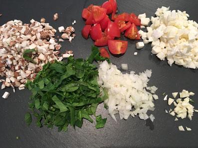 Das Gemüse und den Mozzarella schneiden und kacken