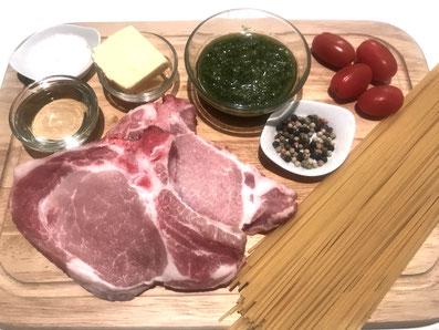 Zutaten: Schweinekotelett, Pesto, Spaghetti, Wasser, Tomaten, Sonnenblumenöl, Butter, Salz, Pfeffer