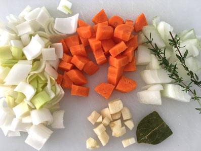 Gemüse in Würfel schneiden