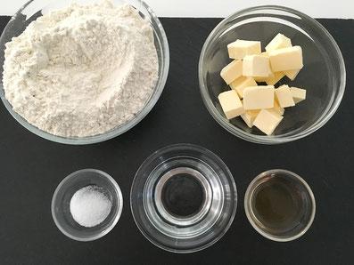 Zutaten: Mehl, Butter, Salz, Wasser, Essig