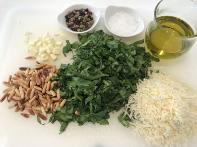 Basilikum und Knoblauch grob hacken, Parmesan raffeln