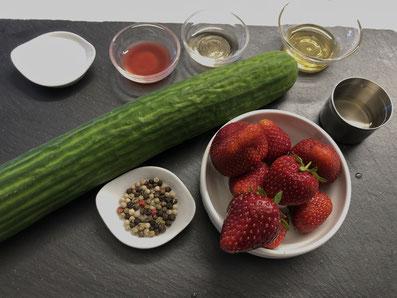 Zutaten: Gurke, Erdbeeren, Erdbeeressig, weißer Balsamico, Feigen-Ingweressig, Halsnussöl, Salz, Pfeffer
