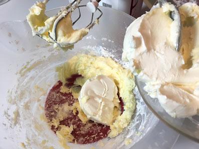 Butter schaumig schlagen, Puderzucker und Frischkäse unterrühren
