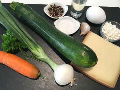 Zutaten: Zucchini, Frühlingszwiebel, Eier, Mehl, Sonnenblumenöl, Karotte, Petersilie, Gruyère, Salz, Pfeffer, Paprikapulver