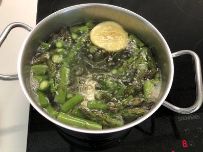 Den Spargel gar kochen