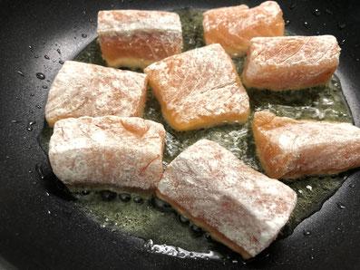 Die Lachstücke in heißes Butterschmalz legen