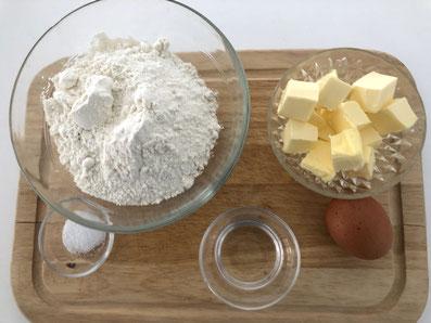 Zutaten für den Teig: Mehl, Salz, Butter, Ei, Zitronensaft, Wasser