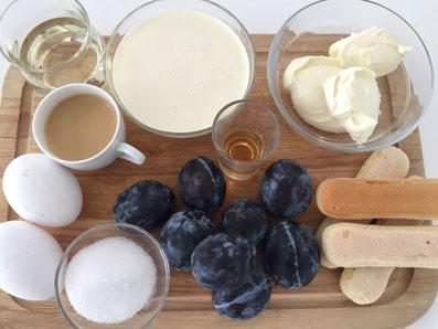 Zutaten: Löffelbiskuit, Zwetschgen, Holundersirup, Eigelb, Eiweiss, Zucker, Mascarpone, Rahm, Espresso, Grand Marnier, Kakaopulver