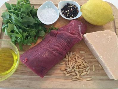 Zutaten: Rindsfilet, Olivenöl, Zitronensaft, Pinienkerne, Parmesan, Rucola, Salz und Pfeffer