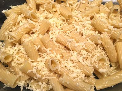 Ein Drittel des Käses unter die Teigwaren mischen