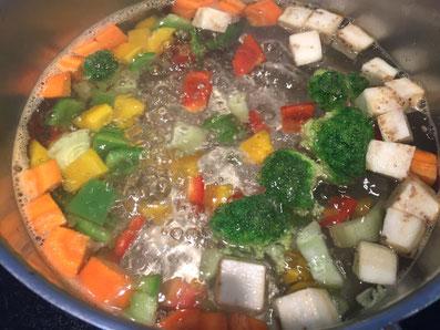 Das Gemüse in Salzwasser blanchieren
