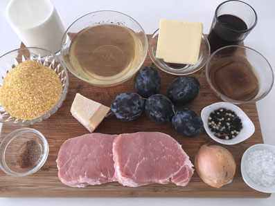 Zutaten: Schweinesteak, Zwetschgen, Portwein, Kalbsfond, Zwiebel, Polenta, Bouillon, Milch, Käse, Butter, Muskat, Salz, Pfeffer