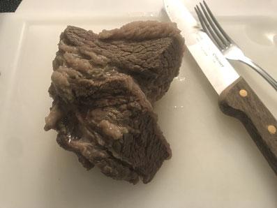 Das Fleisch aus dem Sud nehmen, aufschneiden und mit dem Gemüse und der Schnittlauchsauce servieren