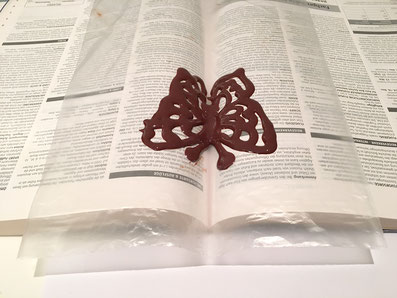 Die Formen in den Falz eines Buches legen und auskühlen