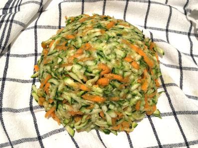 Das Gemüse auf in ein Haushaltstuch legen