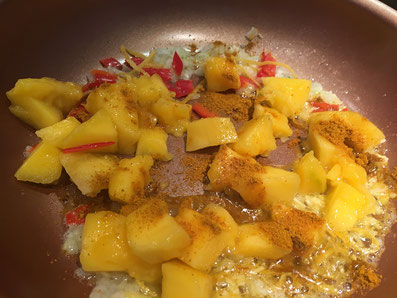 Zwiebel, Knoblauch, Peperoncini, Zitronenzesten und Curry in Butter anschwitzen