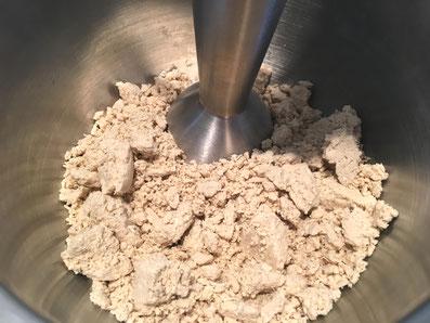 Die Halva mit dem Stabmixer zu einer dicken Paste mixen und mit der Buttermischung gut verrühren