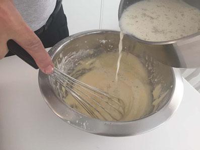 Die noch warme Milch langsam unter die Masse rühren