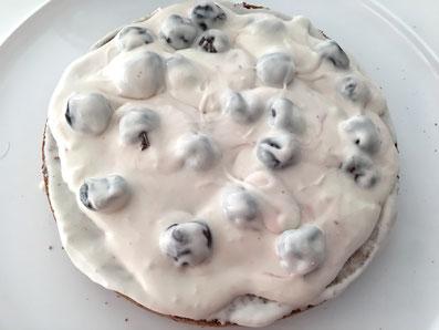 Auf dem Kuchenboden die Hälfte der Creme verteilen