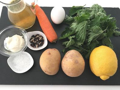 Zutaten: Brennnesseln, Bouillon, Kartoffeln, Karotten, Eier, Zitronensaft, Sauerrahm, Brot-Croutons, Salz und Pfeffer