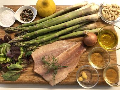 Zutaten: Spargel, geräucherte Forellenfilets, Feldsalat, Pinienkerne, Zwiebel, Olivenöl, Apfelessig, Bienenhonig, Wasser, Senf, Zitrone,  Dill, Zucker, Salz, Pfeffer