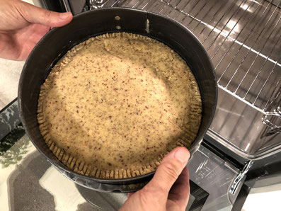 Den Kuchen in der unteren Hälfte des Backofens bei 180° 45 Minuten backen