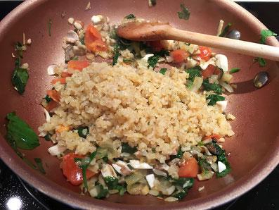 Das Couscous mit dem Gemüse vermischen