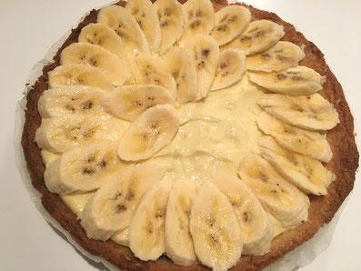 Die Tarte nun mit einer Schicht Orangen-Crème bestreichen und mit den Bananen-Scheiben belegen