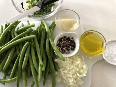 Bohnen rüsten, kochen und einen Salat zubereiten