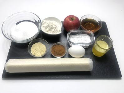 Zutaten: Blätterteig, Äpfel, Eigelb, Butter, gem. Mandeln, Mehl, Honig, Zimt, Zucker, Puderzucker, Zitronensaft