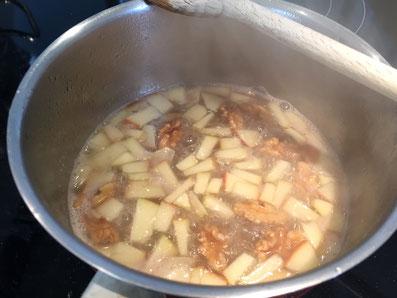 Die Sauce ein reduzieren, bis sie sirupartig wird