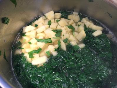 Mit den Kartoffeln kochen und mixen, anschliessend Rahm hinzufügen