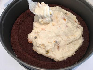 Den ersten Boden mit der Hälfte der Crème belegen