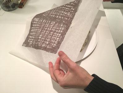 Das Dach mit dem Papier auf den Kuchen legen