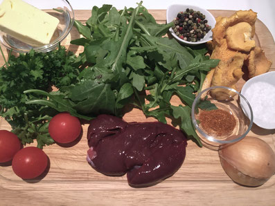 Zutaten: Kaninchenleber, Pfifferlinge, Rucola, Cherry Tomaten, Petersilie, Butter, Zwiebel, Paprikapulver, Salz, Pfeffer