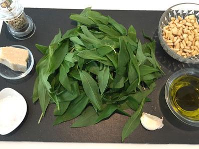 Zutaten: Bärlauch, Pinienkerne, Knoblauch, Olivenöl, Parmesan, Salz und weissen Pfeffer