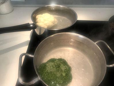 Blumenkohl und Brokkoli in heißem Salzwasser knackig kochen