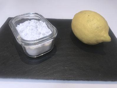 Für die Glasur brauchst du Puderzucker und Zitronensaft