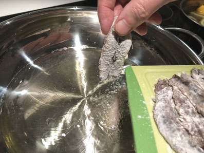 Die Filets in das heiße Öl geben und knusprig frittieren
