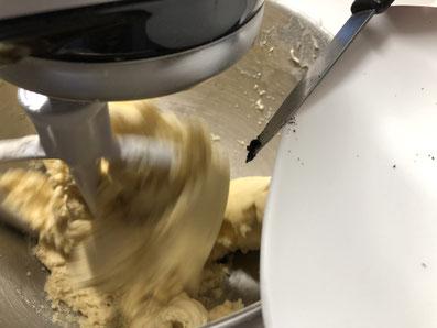 Das Vanillemark dazugeben