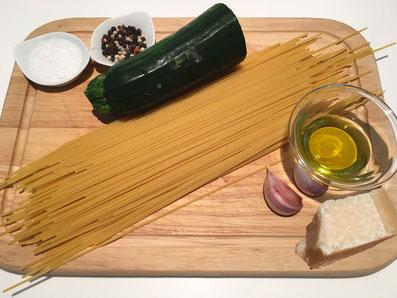 Zutaten: Spaghetti, Zucchini, Knoblauch, Parmesan, Olivenöl, Salz und Pfeffer